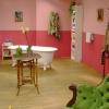 <h3>La salle de bain et l'entrée, vues du salon</h3>
